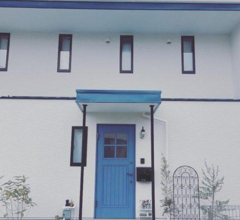 青い玄関の家