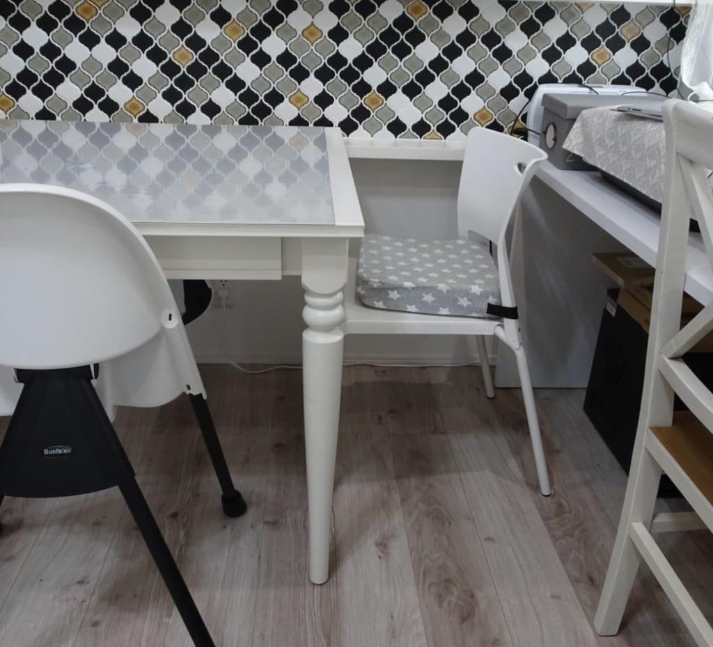 椅子とテーブルの位置